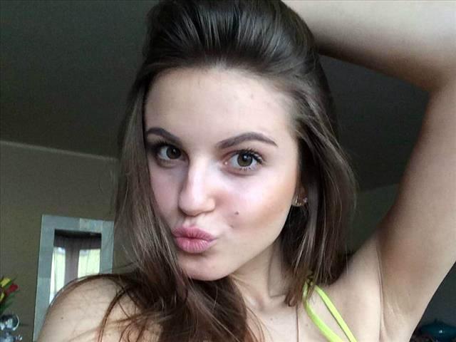 Schwanzgeile Perle Carolina möchte geil küssen