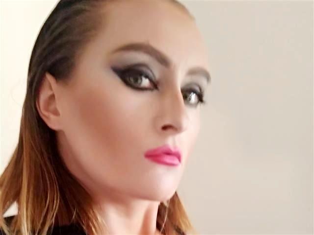 Sexbesessene Hostess Penelope will wöchentlich blasen