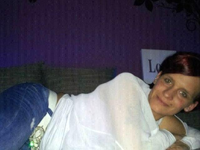 Wollüstige Puppe Florentine ist im Bett laut