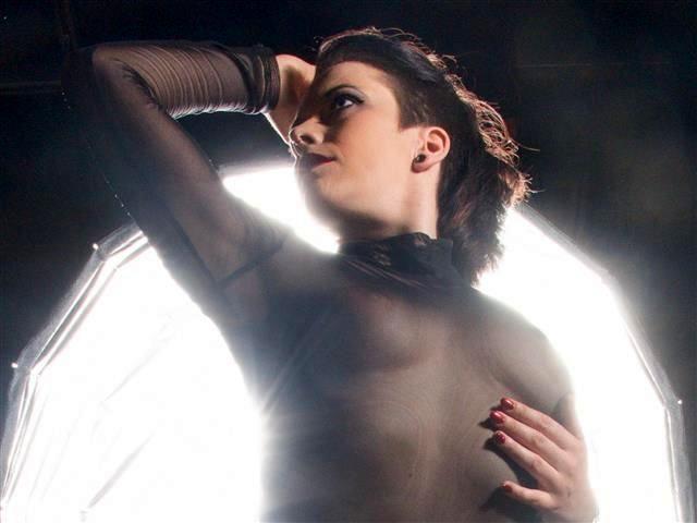 Frauliche Tusse Sofia wird im Bett hemmungslos