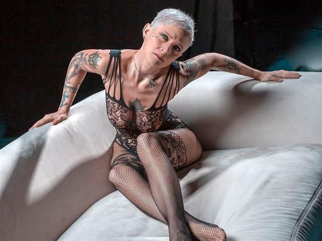 Frivole Sportlerin Friederike möchte geil bumsen