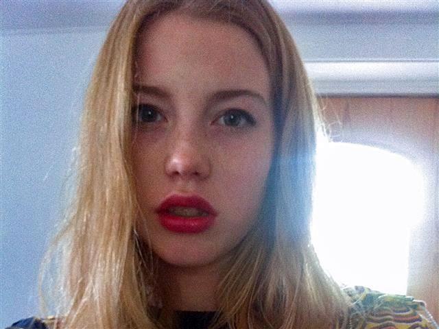 Gepiercte Sexpartnerin Vera möchte versaut blasen