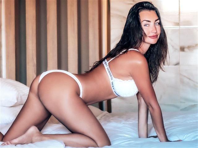 Rasierte Lady Carla will geilen Sex haben