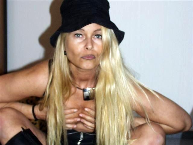 Sexhungrige Hostess Waltraud ist gallig