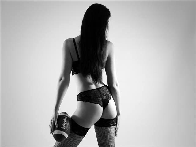 Triebhafte Tussi Leonie braucht saugeilen Sex